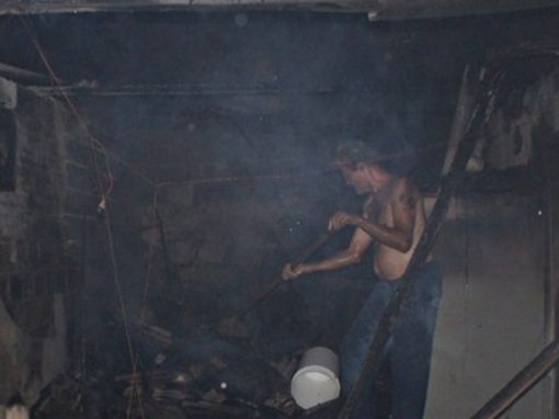 Homem tenta pôr fogo em casa de marimbondos e incendeia própria casa