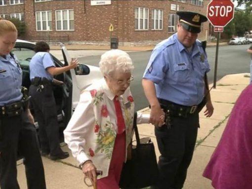 Idosa de 102 anos realiza sonho de ser presa pela polícia