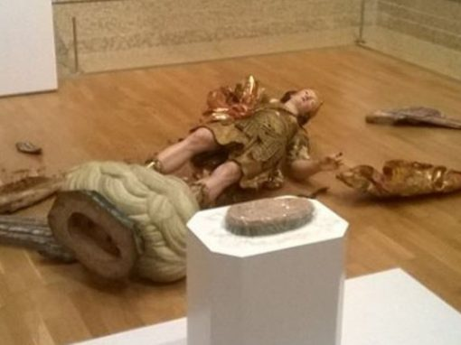 Brasileiro derruba estátua de 300 anos durante selfie