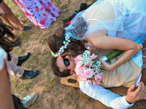 Noivo quebra pé ao chegar a casamento de paraquedas