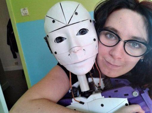 Mulher fica noiva de robô que ela mesma projetou