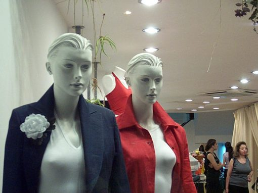 Ladrões se passam por manequins para roubar loja