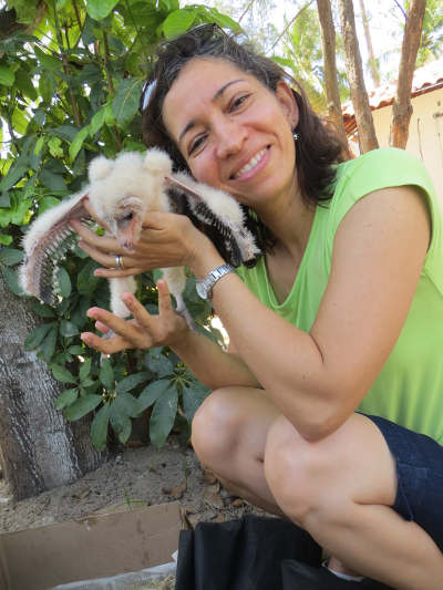 A Veterinária Adriana Vieira de Melo com um filhote de coruja da torre