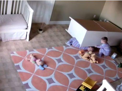 Gêmeo salva irmão de dois anos atingido por cômoda de quarto