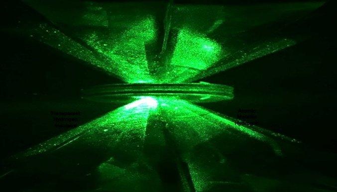 Os cientistas de Harvard usaram esse aparato - dois diamantes com uma junta e uma luz de laser - para pressionar o hidrogênio. Foto: The New York Times/Divulgação