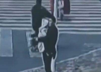 Homem é preso por tentar vender filho para comprar carro