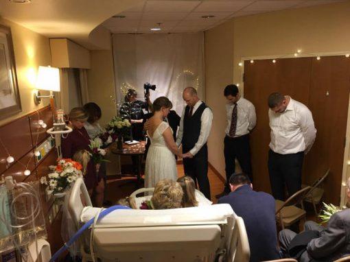 Noivos casam em hospital para mãe da noiva poder ver