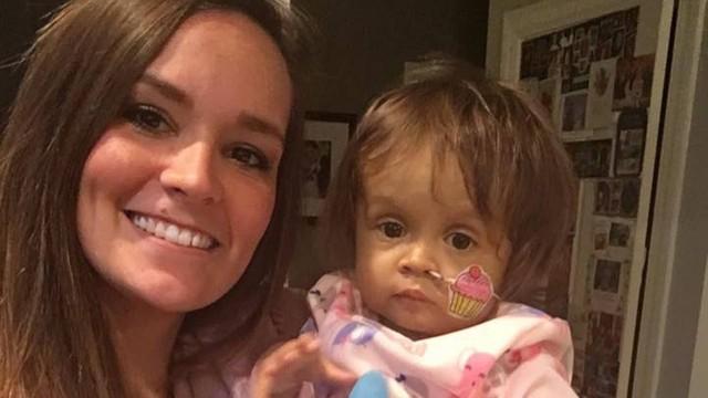 Babá doa fígado para salvar vida de bebê que cuidava