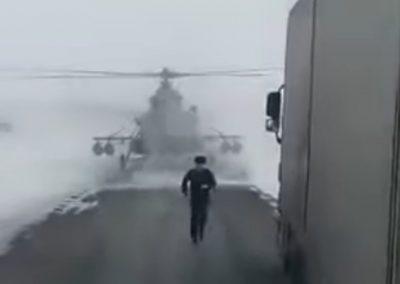 Perdido, helicóptero pousa em rua para pedir direções