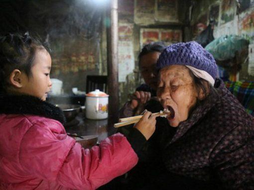 Abandonada pela mãe, criança cuida sozinha de avós