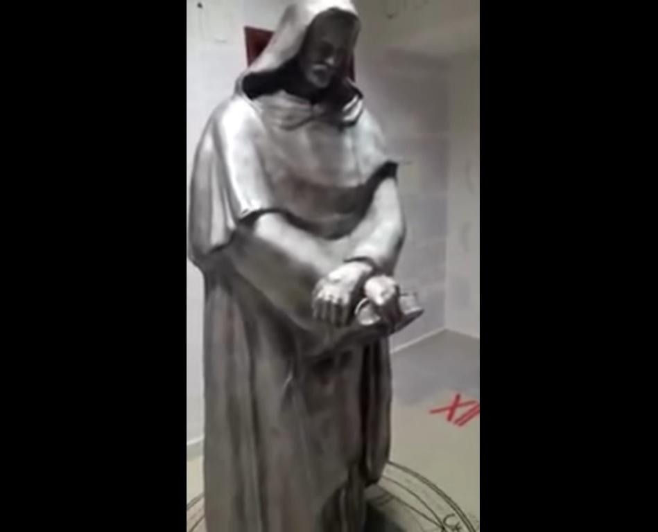 A estátua do filósofo italiano Giordano Bruno encontrada no centro do quarto cercada de símbolos - Terror Tube/Reprodução