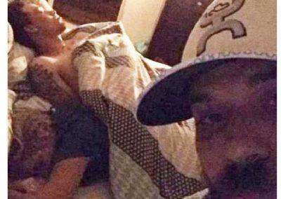 Homem viraliza após flagrar namorada dormindo com outro e tirar selfie
