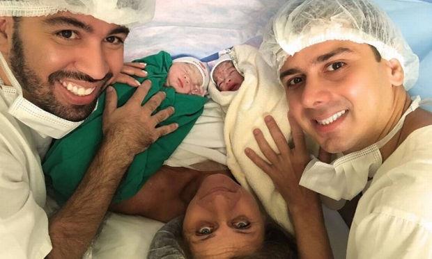 Avó dá à luz próprias netas para realizar sonho do filho de ter bebê com marido