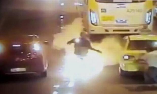 Motoqueiro derrapa em túnel e pega fogo no Rio de Janeiro