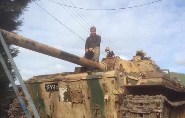 Nick Mead em um dos seus 150 tanques - Facebook Tanks-A-Lot/Reprodução