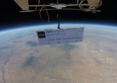 Primeiro protesto no espaço é feito contra Donald Trump