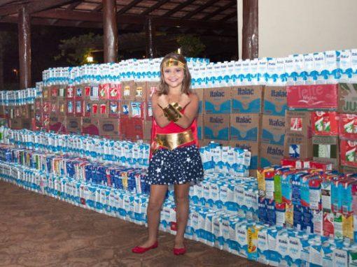 Menina vence câncer e arrecada 5 mil litros de leite para crianças em tratamento