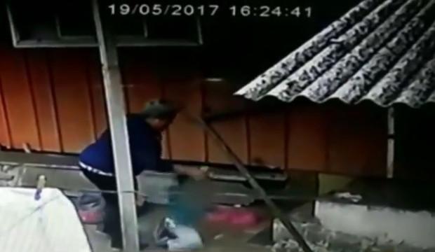Após flagra de vizinho, avó é indiciada por espancar neto