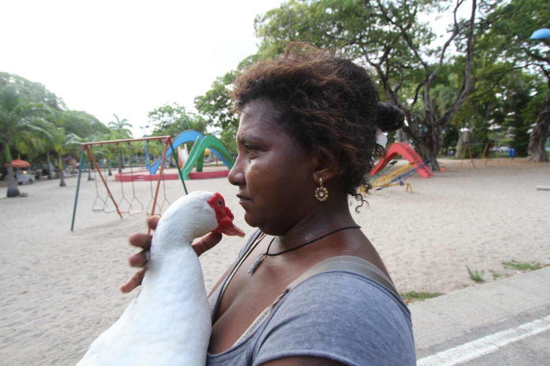 Numa vida que não lhe deu trégua, Luzinete encontrou refúgio na amizade de um pato