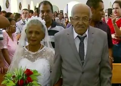 Depois de 20 anos trocando cartas, homem de 102 e mulher de 80 se casam