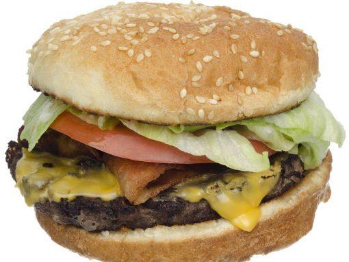 Homem é acusado de tentar matar chefe com prego colocado dentro de sanduíche