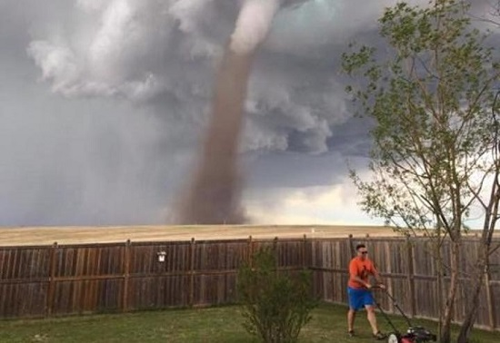 """Homem mais calmo do mundo"" é flagrado cortando grama durante tornado"