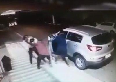 Mãe luta para tirar filho do carro antes de sequestro