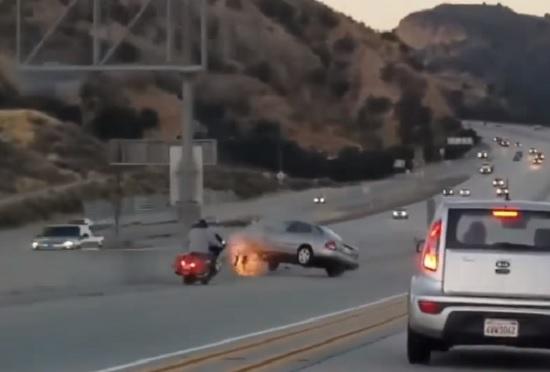 Motociclista tenta chutar carro a 100 km/h e gera acidente impressionante