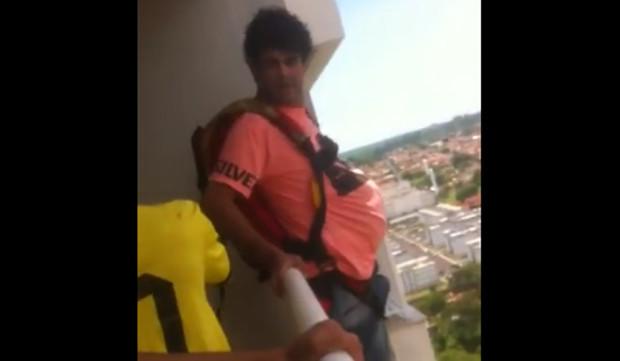 Paraquedista decide saltar da varanda do apartamento, para o desespero da esposa
