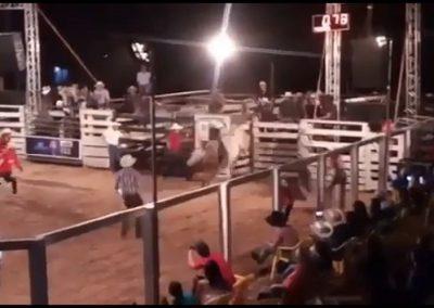 Peão morre após ser pisoteado por touro em rodeio