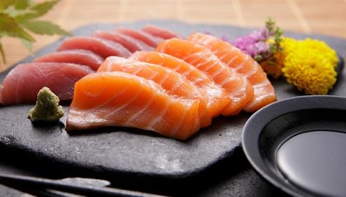 Garota expele verme de 2,4 metros após comer sashimi
