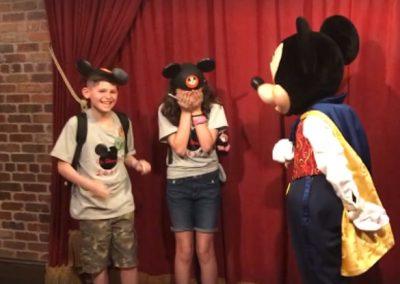 Em passeio na Disney, crianças recebem do Mickey a notícia de que serão adotadas