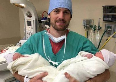 Casal que perdeu dois filhos em acidente dá à luz gêmeos e faz homenagem
