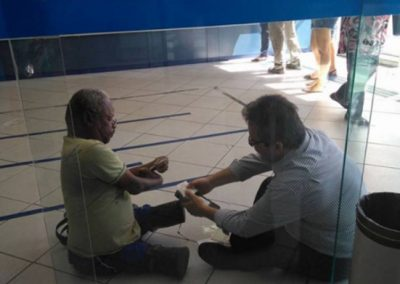 Foto de gerente atendendo cliente com deficiência no chão comove a web