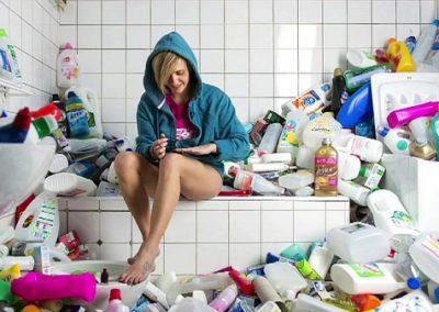 Fotógrafo acumula 4 anos de lixo para conscientizar pessoas com ensaio