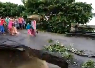 Moradores flagram momento em que ponte desaba, matando mãe e filha