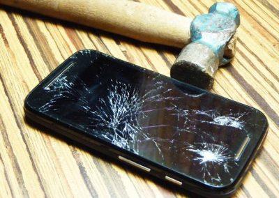 """Celular """"conserta"""" própria tela usando corpo do usuário"""