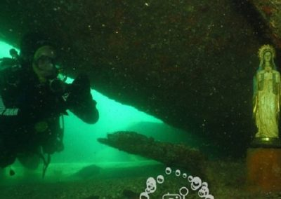 Mergulhadora encontra imagem de santa intacta no fundo do mar