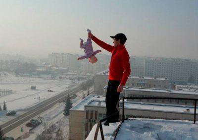 Homem tira foto da filha em situações de risco para ganhar likes