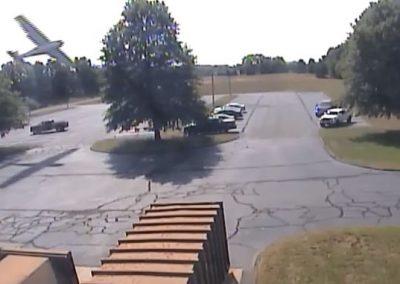 Avião pilotado por homem de 80 anos é lançado ao chão após bater em árvore