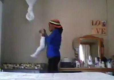 Babá é presa após vídeo flagrá-la agredindo criança