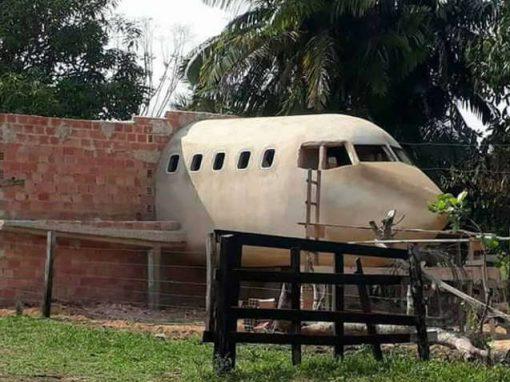 Homem realiza sonho de construir casa-avião