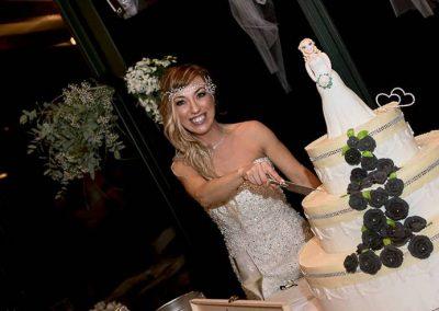 Mulher faz cerimônia para casar com ela mesma