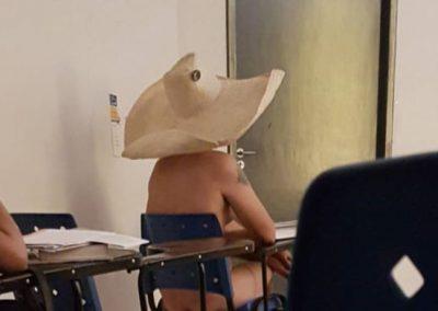 """Ao discordar do que """"é arte"""", universitário assiste a aula pelado"""