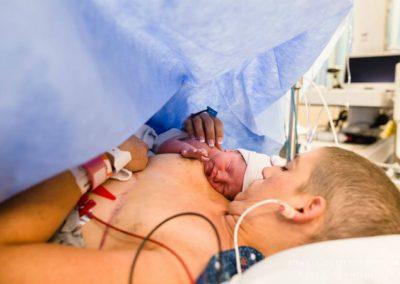 Ensaio fotográfico registra parto de mulher curada do câncer de mama