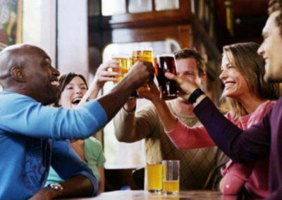 Ingerir bebida alcoólica melhora fluência em língua estrangeira, diz estudo