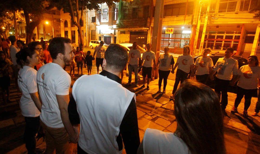 Voluntários promovem mudança de vida de moradores de rua ao matar fome de comida e de carinho