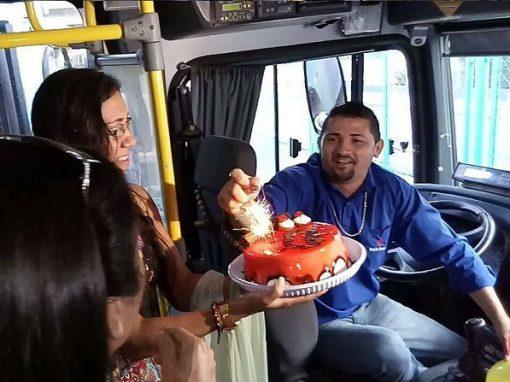 Em ônibus, passageiros fazem primeira festa de aniversário de motorista
