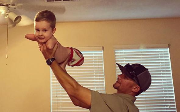 Família registra e comemora primeiros passos de menino sem pernas e braços