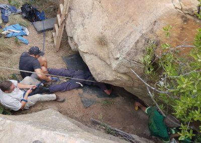 Preso sob rocha por cinco dias, homem passa por resgate dramático